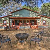 Charming 'Villa Cardinale Cabin' in Helotes!