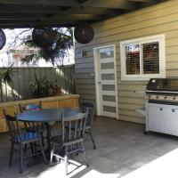 Guesthouse with Pool & BBQ - 10 kms from CBD