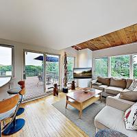 New Listing! Beautiful Hilltop Bay-View with 2 Decks, Near Beach condo