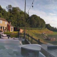 Rural retreat with hot tub and 10-min walk to town