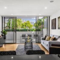 Elegant 3 BR - 2 level Townhouse in the Heart of Surfers Paradise