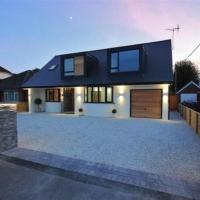 Contemporary luxury home near New Forest. Hot tub