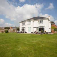 Large stunning luxury home close to Worcester & Malvern Sleeps 11 with pool, orchard & parking