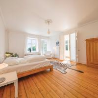 Master bedroom med udsigt til sø og eng
