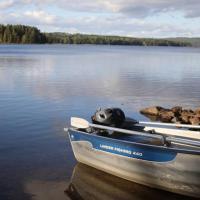 Sjönära stuga med båt och bastu
