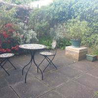 Lovely 2 bed near Meadows with private parking