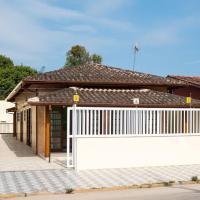 Casa ampla e arejada, com piscina e churrasqueira, próximo da praia.