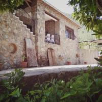 Beautiful natural stone house with big private pool, מלון בKayakoy