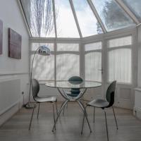 2 bedroom in Kew Gardens - Clarendon Garden, Hotel in London