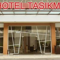 City Hotel </h2 </a <div class=sr-card__item sr-card__item--badges <div class= sr-card__badge sr-card__badge--class u-margin:0  data-ga-track=click data-ga-category=SR Card Click data-ga-action=Hotel rating data-ga-label=book_window:  day(s)  <i class= bk-icon-wrapper bk-icon-stars star_track  title=3 bintang  <svg aria-hidden=true class=bk-icon -sprite-ratings_stars_3 focusable=false height=10 width=32<use xlink:href=#icon-sprite-ratings_stars_3</use</svg                     <span class=invisible_spoken3 bintang</span </i </div   <div style=padding: 2px 0  <div class=bui-review-score c-score bui-review-score--smaller <div class=bui-review-score__badge aria-label=Skor 7,0  7,0 </div <div class=bui-review-score__content <div class=bui-review-score__title Baik </div </div </div   </div </div <div class=sr-card__item   data-ga-track=click data-ga-category=SR Card Click data-ga-action=Hotel location data-ga-label=book_window:  day(s)  <svg alt=Lokasi akomodasi class=bk-icon -iconset-geo_pin sr_svg__card_icon height=12 width=12<use xlink:href=#icon-iconset-geo_pin</use</svg <div class= sr-card__item__content   Tasikmalaya • <span 800 m </span  dari pusat kota </div </div </div </div </div </li <div data-et-view=cJaQWPWNEQEDSVWe:1</div <li id=hotel_4345511 data-is-in-favourites=0 data-hotel-id='4345511' class=sr-card sr-card--arrow bui-card bui-u-bleed@small js-sr-card m_sr_info_icons card-halved card-halved--active   <div data-href=/hotel/id/almeria-homestay-tasikmalaya.id.html onclick=window.open(this.getAttribute('data-href')); target=_blank class=sr-card__row bui-card__content data-et-click=  <div class=sr-card__image js-sr_simple_card_hotel_image has-debolded-deal js-lazy-image sr-card__image--lazy data-src=https://r-cf.bstatic.com/xdata/images/hotel/square200/172033739.jpg?k=c19e43d448c5dbd0ed6afcfbc8f4ba9fac4d5010059ff95c5b2162e2bf9c7a64&o=&s=1,https://r-cf.bstatic.com/xdata/images/hotel/max1024x768/172033739.jpg?k=c3addc56b0b4e7cf8dce95435e6771b8ee770d679e08b715e611dadbd5a6fdf9&o=&s=1  <div class=sr-card__image-inner css-loading-hidden </div <noscript <div class=sr-card__image--nojs style=background-image: url('https://r-cf.bstatic.com/xdata/images/hotel/square200/172033739.jpg?k=c19e43d448c5dbd0ed6afcfbc8f4ba9fac4d5010059ff95c5b2162e2bf9c7a64&o=&s=1')</div </noscript </div <div class=sr-card__details data-et-click=     data-et-view=  <div class=sr-card_details__inner <a href=/hotel/id/almeria-homestay-tasikmalaya.id.html onclick=event.stopPropagation(); target=_blank <h2 class=sr-card__name u-margin:0 u-padding:0 data-ga-track=click data-ga-category=SR Card Click data-ga-action=Hotel name data-ga-label=book_window:  day(s)  Almeria homestay </h2 </a <div class=sr-card__item sr-card__item--badges <div class= sr-card__badge sr-card__badge--class u-margin:0  data-ga-track=click data-ga-category=SR Card Click data-ga-action=Hotel rating data-ga-label=book_window:  day(s)  <span class=bh-quality-bars bh-quality-bars--small   <svg class=bk-icon -iconset-square_rating fill=#FEBB02 height=12 width=12<use xlink:href=#icon-iconset-square_rating</use</svg<svg class=bk-icon -iconset-square_rating fill=#FEBB02 height=12 width=12<use xlink:href=#icon-iconset-square_rating</use</svg<svg class=bk-icon -iconset-square_rating fill=#FEBB02 height=12 width=12<use xlink:href=#icon-iconset-square_rating</use</svg </span </div   <div style=padding: 2px 0  <div class=bui-review-score c-score bui-review-score--smaller <div class=bui-review-score__badge aria-label=Skor 9,5  9,5 </div <div class=bui-review-score__content <div class=bui-review-score__title Istimewa </div </div </div   </div </div <div class=sr-card__item   data-ga-track=click data-ga-category=SR Card Click data-ga-action=Hotel location data-ga-label=book_window:  day(s)  <svg alt=Lokasi akomodasi class=bk-icon -iconset-geo_pin sr_svg__card_icon height=12 width=12<use xlink:href=#icon-iconset-geo_pin</use</svg <div class= sr-card__item__content   Tasikmalaya • <span 4,2 km </span  dari pusat kota </div </div </div </div </div </li <li class=bui-card bui-u-bleed@small bh-quality-sr-explanation-card <div class=bh-quality-sr-explanation <span class=bh-quality-bars bh-quality-bars--small   <svg class=bk-icon -iconset-square_rating fill=#FEBB02 height=12 width=12<use xlink:href=#icon-iconset-square_rating</use</svg<svg class=bk-icon -iconset-square_rating fill=#FEBB02 height=12 width=12<use xlink:href=#icon-iconset-square_rating</use</svg<svg class=bk-icon -iconset-square_rating fill=#FEBB02 height=12 width=12<use xlink:href=#icon-iconset-square_rating</use</svg </span Rating kualitas tipe properti rumah terbaru dari Booking.com. <button type=button class=bui-link bui-link--primary aria-label=Open Modal data-modal-id=bh_quality_learn_more data-bui-component=Modal <span class=bui-button__textSelengkapnya</span </button </div <template id=bh_quality_learn_more <header class=bui-modal__header <h1 class=bui-modal__title id=myModal-title data-bui-ref=modal-title Rating kualitas </h1 </header <div class=bui-modal__body bui-modal__body--primary bh-quality-modal <h3 class=bh-quality-modal__heading <span class=bh-quality-bars bh-quality-bars--small   <svg class=bk-icon -iconset-square_rating fill=#FEBB02 height=12 width=12<use xlink:href=#icon-iconset-square_rating</use</svg<svg class=bk-icon -iconset-square_rating fill=#FEBB02 height=12 width=12<use xlink:href=#icon-iconset-square_rating</use</svg<svg class=bk-icon -iconset-square_rating fill=#FEBB02 height=12 width=12<use xlink:href=#icon-iconset-square_rating</use</svg<svg class=bk-icon -iconset-square_rating fill=#FEBB02 height=12 width=12<use xlink:href=#icon-iconset-square_rating</use</svg<svg class=bk-icon -iconset-square_rating fill=#FEBB02 height=12 width=12<use xlink:href=#icon-iconset-square_rating</use</svg </span