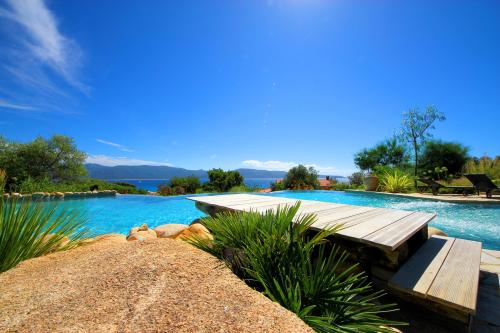 piscine à débordement vue mer