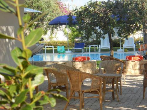 La piscina a sfioro di 80 mq, il solarium e la veranda attrezzati