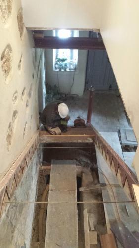 Gereon der Baumeister beim Einbau der neuen Treppenanlage