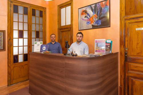 Lorenzo ( Manager) Robert ( Jefe recepción)